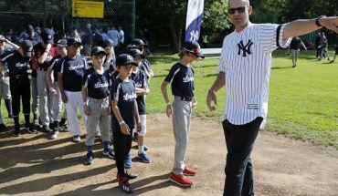 Young fans queue as Yankee manager Aaron Boone points during a private Baseball Clinic in London, Thursday, June 27, 2019. The Yankees are hosting for approximately 100 youth in the London community in conjunction with the London Meteorites Baseball and Softball Club this private Baseball Clinic. (AP Photo/Frank Augstein)