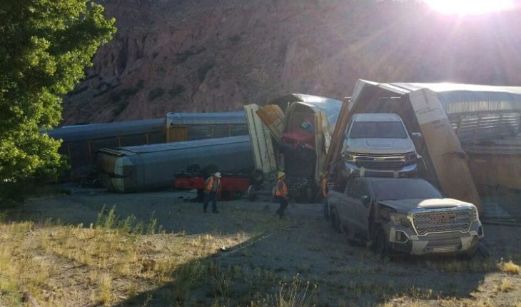 Nevada train derailment wrecks dozens of new cars, pickup trucks