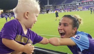 Orlando Pride soccer player, 1-year-old fan, both with 1 arm, greet in heartwarming photo