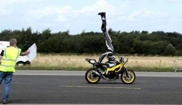 Motorcycle rider sets headstand record at 76 mph