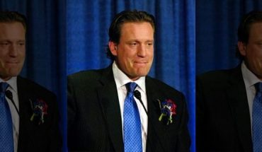 Former NHL player Jeremy Roenick speaking during his induction to the U.S. Hockey Hall of Fame in 2010. (AP Photo/Don Heupel, File)