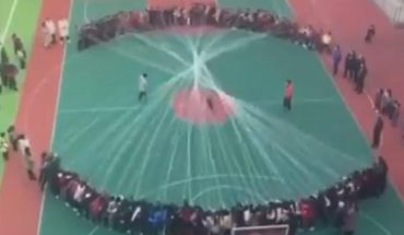 Video of students jumping massive rope in schoolyard stuns the Internet