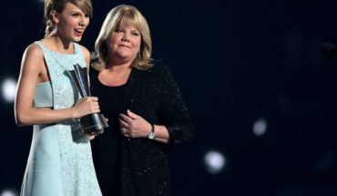 Honoree Taylor Swift (L) accepts the Milestone Award from Andrea Swift onstage during the 50th Academy Of Country Music Awards at AT&T Stadium in 2015.